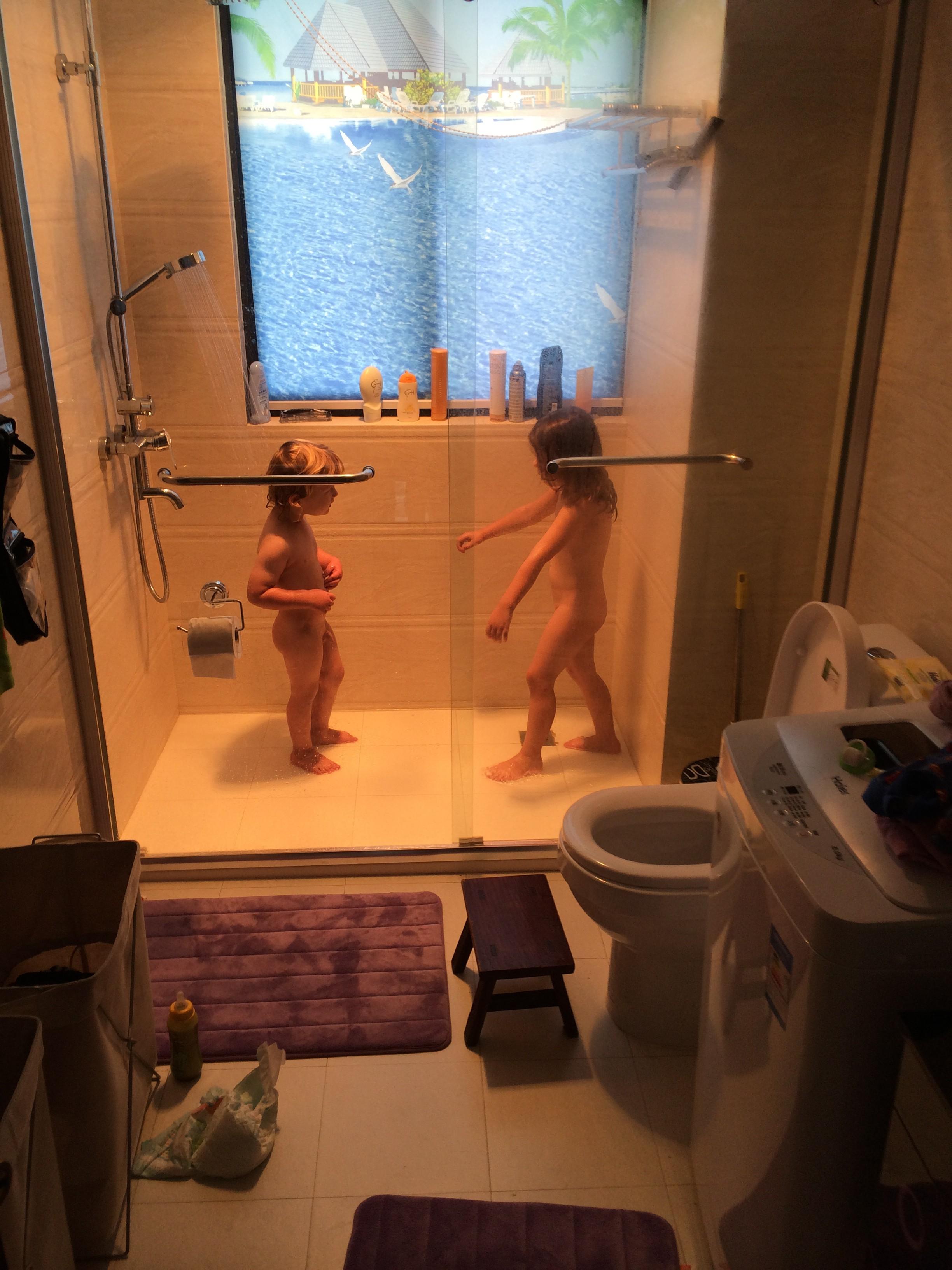 Jungs duschen zusammen
